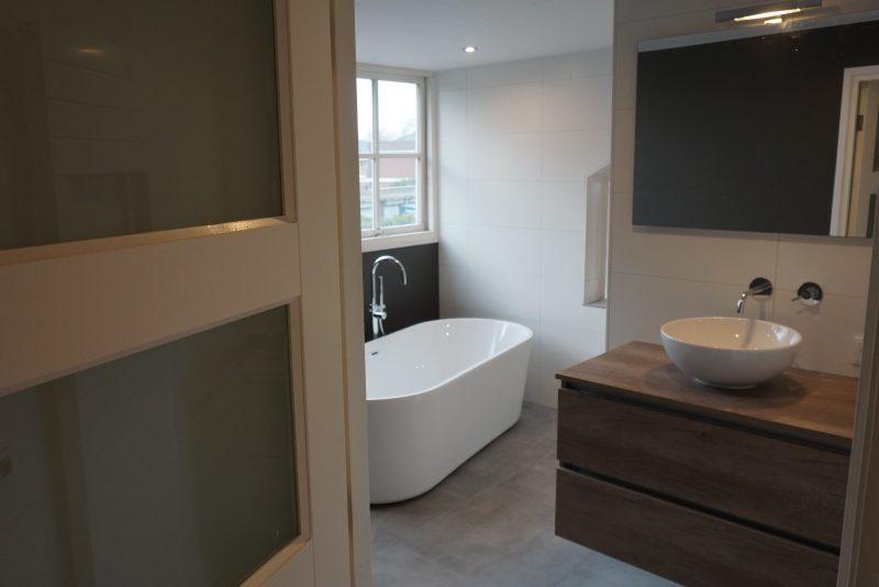 Kin Boer Multimontage | Strakke badkamer met vrijstaand bad